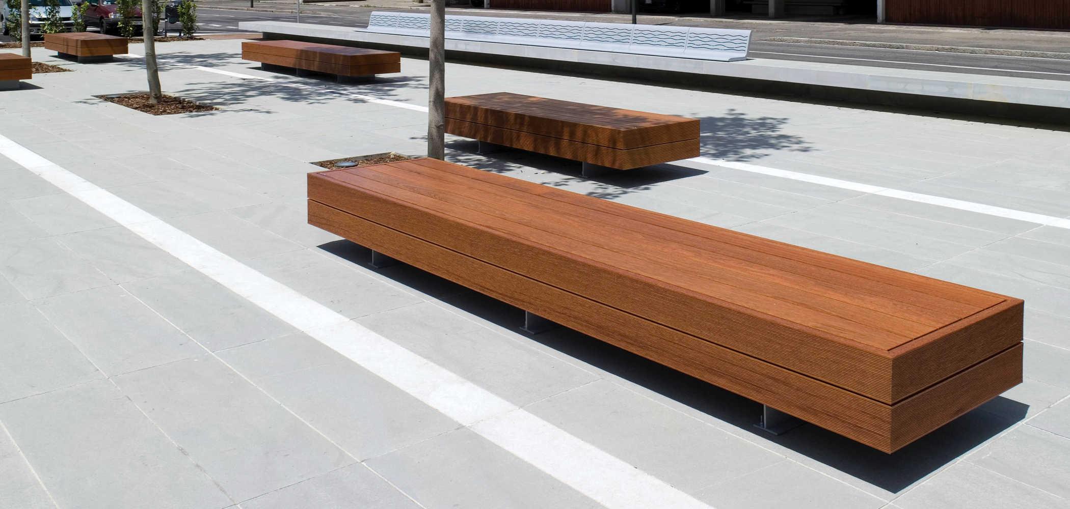 Panchina piana con seduta in legno massiccio